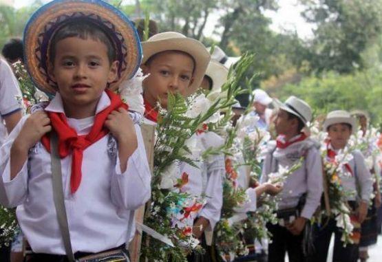 Resultado de imagen para desfile de 'silleteritos' en Medellín
