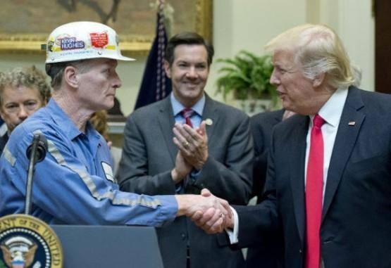Trump firma ley que deshace regulaciones al carbón