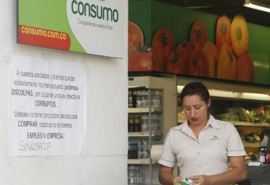 Esta es una trabajadora de la Cooperativa Consumo, supermercado ubicado en Los Colores.