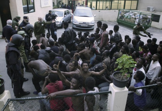 Más de 500 inmigrantes entran en España tras saltar una valla