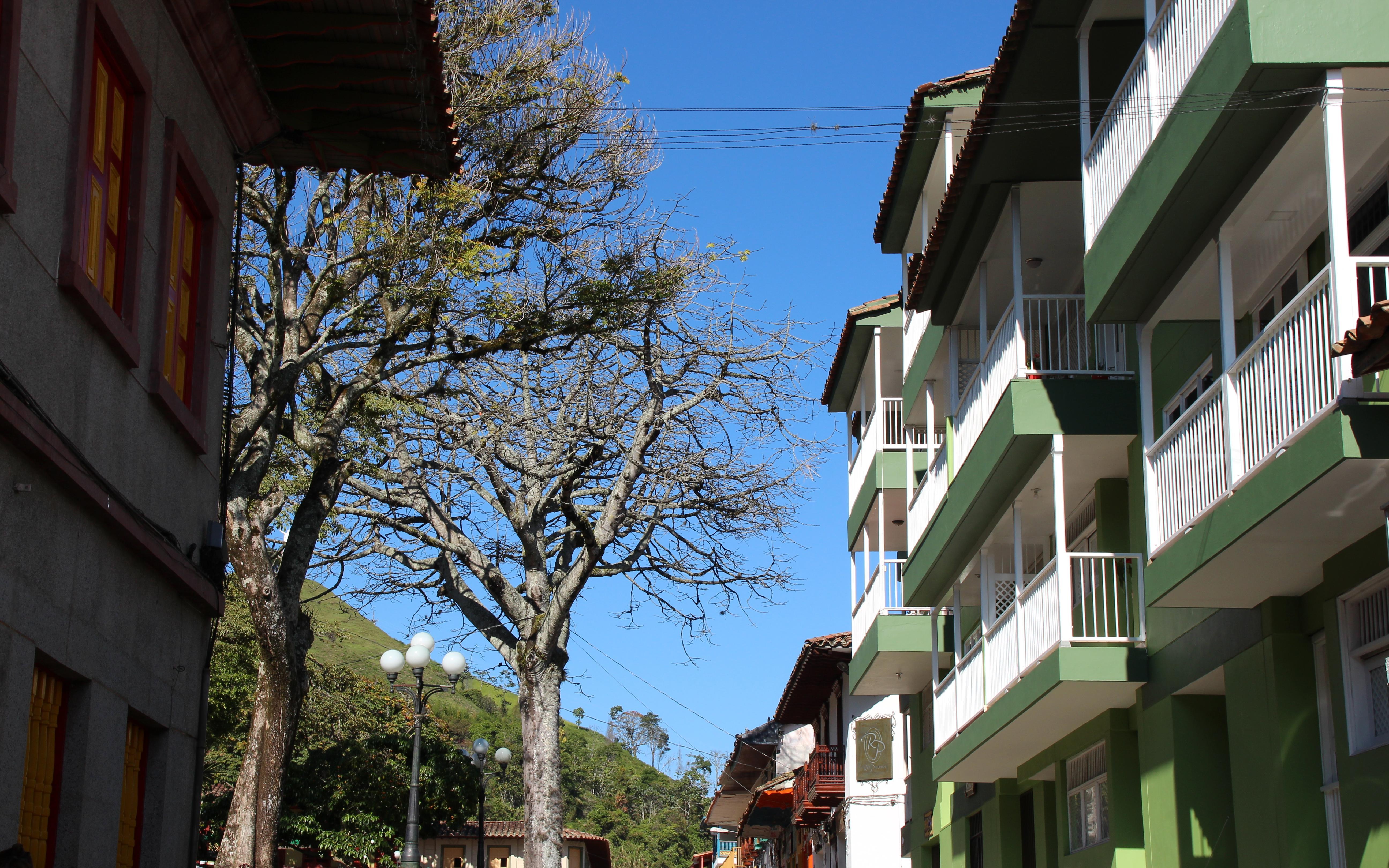 Balcones colonialespintan de color el Suroeste