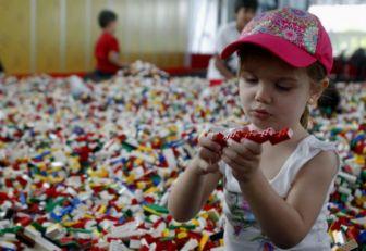 Niña jugando con Lego.
