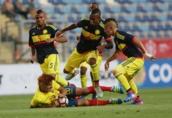 Jugadores de Colombia sub 17 en medio del partido ante Ecuador.