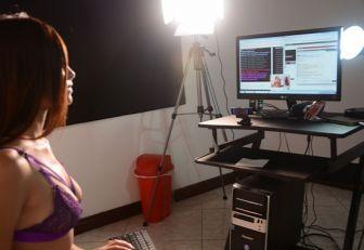 Vivir de la ilusióndel sexo: así es el mundo de los modelos webcam