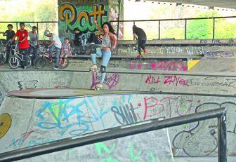 Practicantes de roller derby y BMX freestyle bajo el puente de la 4 sur.