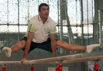 Jorge Hugo Giraldo gimnasta antioqueño practicando en barras paralelas.
