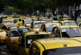 """Taxistas marchan en la """"pitatón"""""""