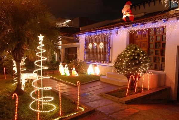 Medell n brillar m s en diciembre - Decoracion navidena para jardines ...