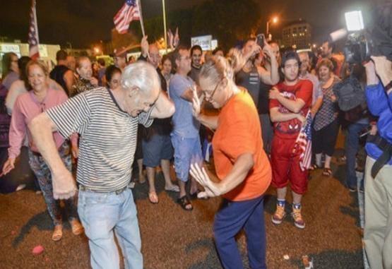 Cubanos celebran en Miami al ritmo de la conga la muerte de Fidel Castro