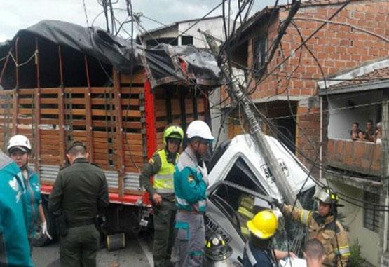 Cuatro heridos tras accidente de volqueta en el barrio Pedregal
