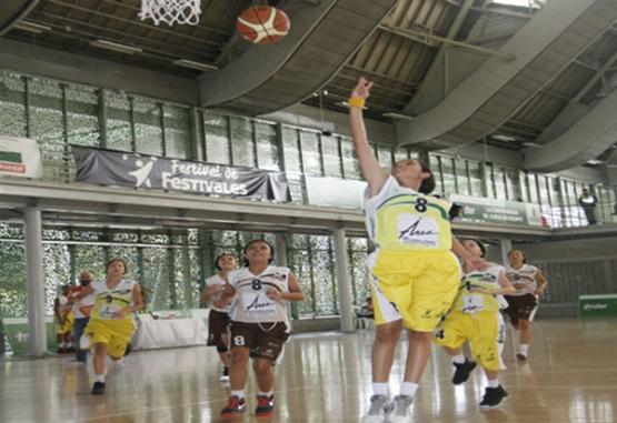 Las niñas del equipo de Basket del Inder están a la altura del reto del Festival de Baloncesto