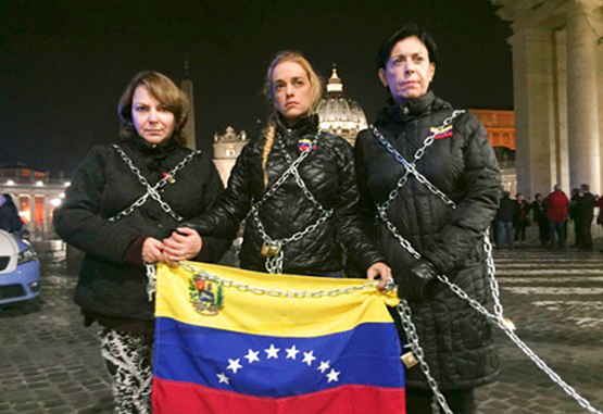 Tintorise encadenó frente al Vaticano para exigir la liberación de presos políticos