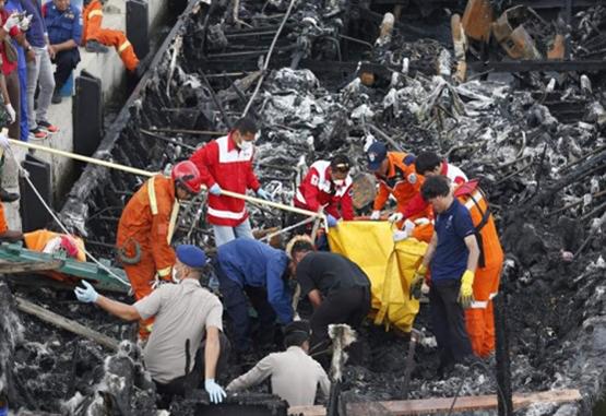 Reanudan la búsqueda de 17 desaparecidos tras incendio de un barco indonesio