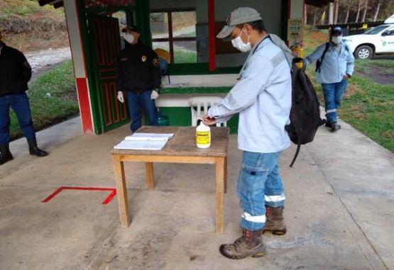 AngloGold Ashanti Espacios para la desinfección permanente en las áreas comunes de trabajo.