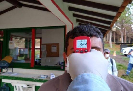 AngloGold Ashanti Toma de temperatura durante la jornada laboral.
