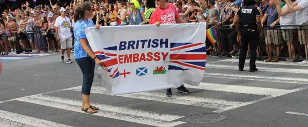 Funcionarios británicos acompañaron Pride