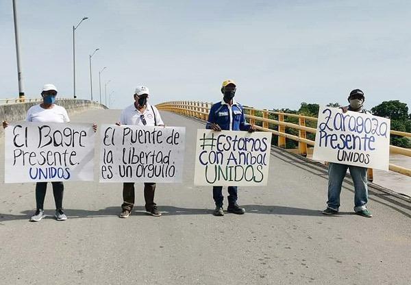 Alcaldes del Bajo Cauca en la mitad del puente de La Libertad en apoyo a Aníbal Gaviria.