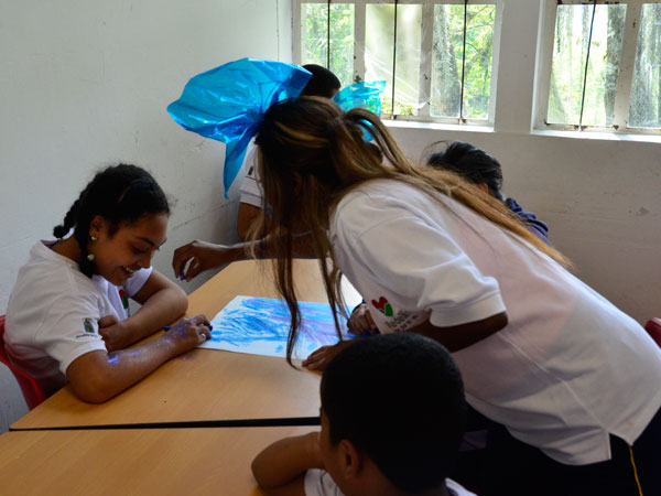 Maestra enseña a niños con discapacidad