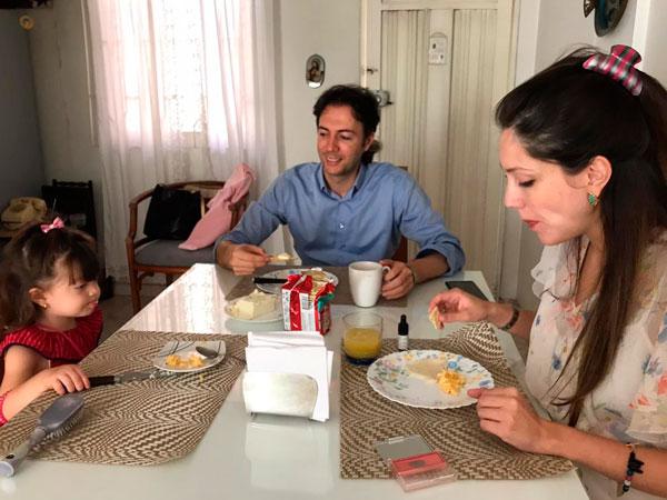 Daniel, Diana y Maia desayunando