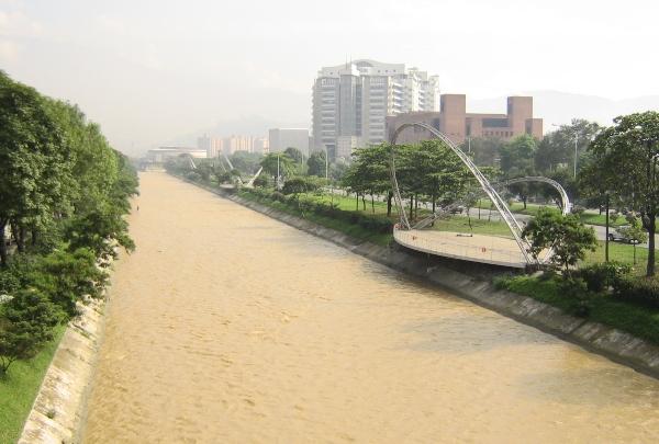 Rio Medellín desde la avenida 33