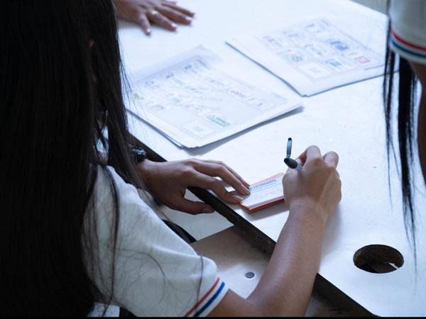 Voto estudiantil niños votando
