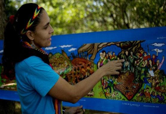 Guerrillera pinta la historia de la violencia en Colombia