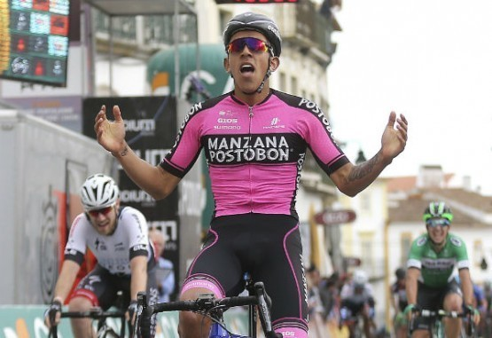 Sebastián Molano celebrando su segundo triunfo en la Vuelta del Alentejo.