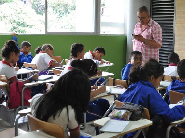 maestro en el aula de calse