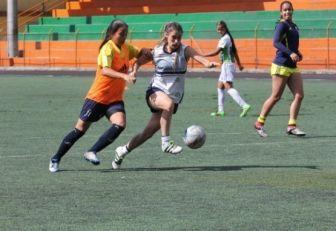 Daniela Montoya jugadora de Formas íntimas distando un balón con una de sus compañeras.