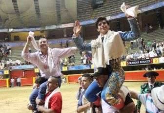El novillero Colombo y el ganadero Alberto Cediel salieron a hombros.