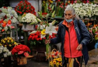 Adulto mayor con flores